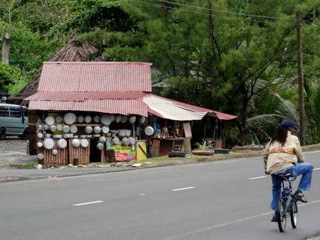 Buff Bay, Portland, Jamaika - 15. Juni 2017: Blick auf einen typisch jamaikanischen Street Shop, der Zinn Kochgeschirr in der Gegend von Buff in Portland, Jamaika verkauft?