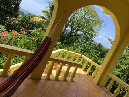 Blick auf die üppige Natur von einer schönen Terrasse eines Kolonialhauses im Dorf Fairy Hill in der Portland Parish, Jamaica