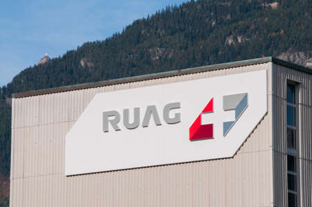 Altdorf, Uri, Switzerland - 25th October 2020 : Ruag logo sign hanging on a building facade in Altdorf. is a Swiss company specializing in aerospace engineering and the defense industry 新聞圖片