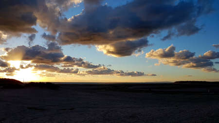 Dusk sky over Barmouth beach with interspersed clouds. Banque d'images