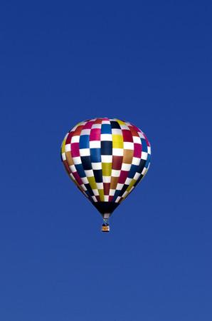 鮮やかな多色、熱気球、さわやかな青い空を背景に分離 写真素材