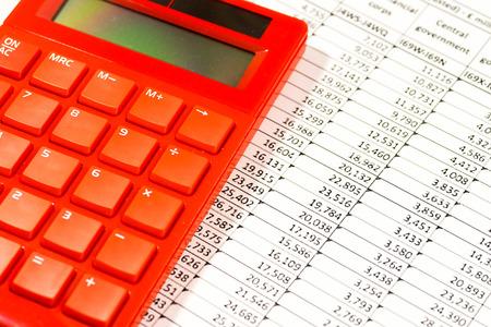hoja de calculo: calculadora electrónica roja en hoja de cálculo