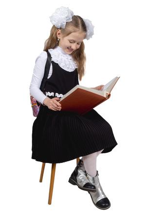 Kleines süßes Schulmädchen posiert auf weißem Hintergrund Standard-Bild