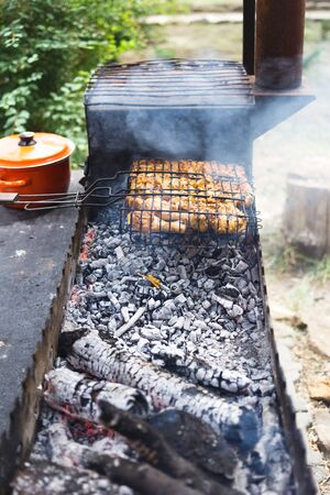 Grilled marinated chicken on a metal grid. Stockfoto