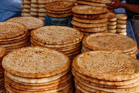 Traditional Uyghur flat bread on a market stall in Kashgar, China. Banque d'images