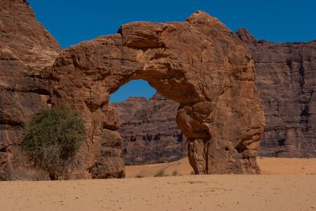 Natural rock formations in form of arch Chad, Africa Archivio Fotografico