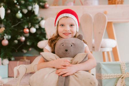 Happy cheerful Little girl in santa hat. Christmas time 版權商用圖片 - 160159616