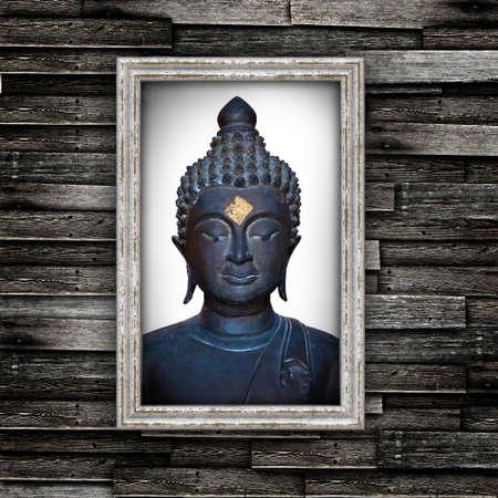 Cabeza de Buda en el marco del grunge en la pared de madera