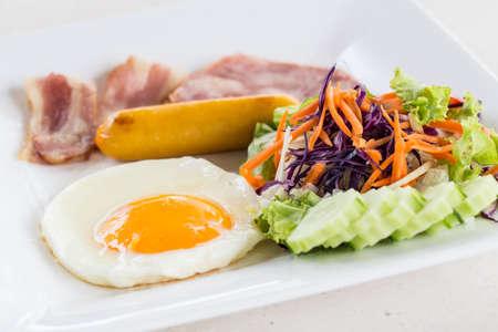Delicious breakfast with eggs Benedict, bacon, orange juice and coffee Standard-Bild