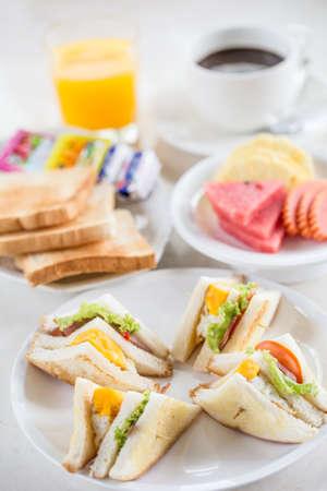 Desayuno con tocino, huevo frito y jugo de naranja sobre fondo blanco aisladas