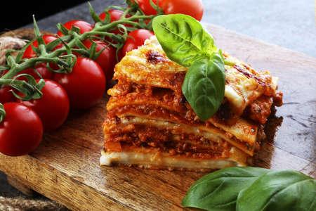Serveren van pittige traditionele Italiaanse rundvleeslasagne in een restaurant - bolognese saus Stockfoto