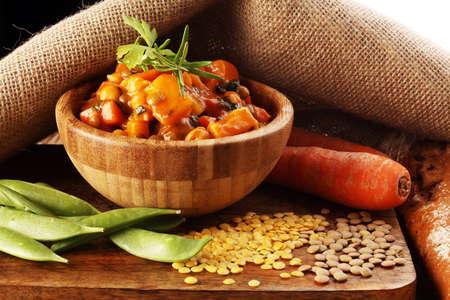 당근 및 감자 나무 그릇에 렌즈 콩. 건강한 생활. 스톡 콘텐츠
