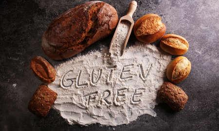 glutenvrije brood, glutenvrij geschreven woord en broodjes op grijze achtergrond Stockfoto