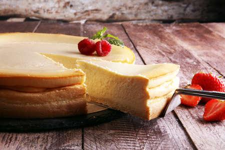 Homemade cheesecake with fresh strawberries and mint for dessert - healthy organic summer dessert pie cheesecake. Vanilla Cheese Cake. Foto de archivo