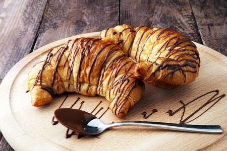 新鮮な自家製クロワッサン チョコレート。甘いパン屋のコンセプト。