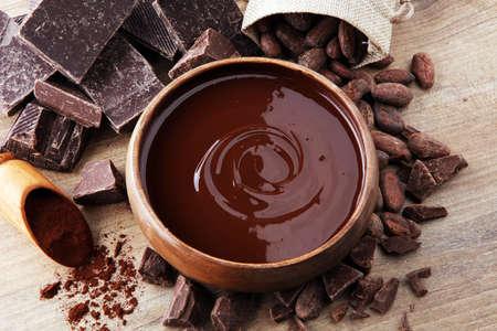 Faire fondre du chocolat ou du chocolat fondu et du chocolat tourbillonne, empile, frite et poudre. Banque d'images - 91454017