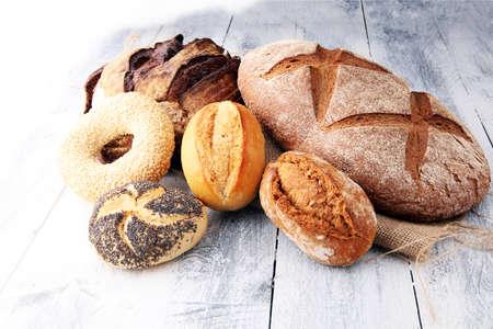 Différents types de pain et pain roule sur wooen backgroundKitchen ou conception d'affiche boulangerie