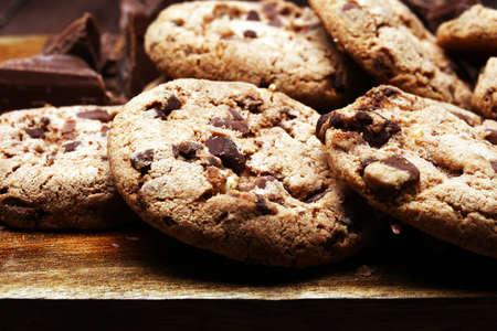 Ciasteczka czekoladowe na stole świeżo upieczone