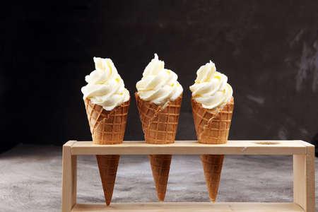 Vanille gefrorenes Joghurt oder weiche Eiscreme in Waffelkegel