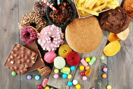 Productos poco saludables. comida mala para la figura, la piel, el corazón y los dientes. Surtido de alimentos rápidos en carbohidratos.