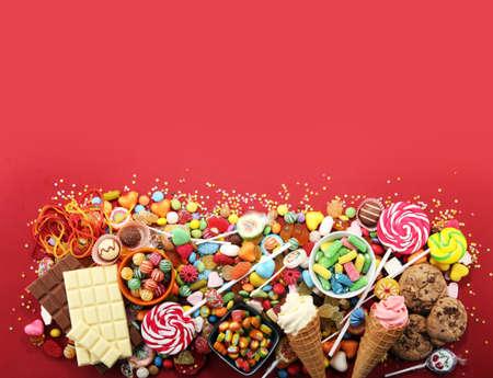 cukierki z galaretką i cukrem. kolorowy zestaw różnych słodyczy i smakołyków dla dzieci
