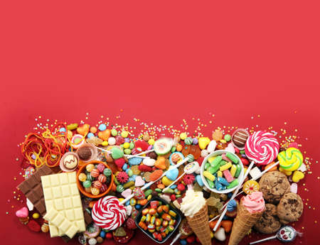Süßigkeiten mit Gelee und Zucker. bunte Reihe von verschiedenen Kinder Süßigkeiten und Leckereien