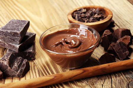 Melting chocolate  or melted chocolate with a chocolate swirl. Many stack and chips with powder Banque d'images - 104886278