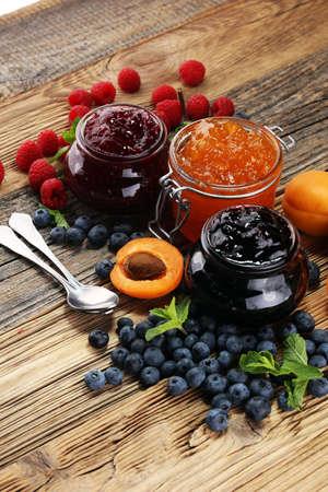 Auswahl an Marmeladen, Beeren der Saison, Aprikosen, Minze und Früchten. Marmelade oder Confiture