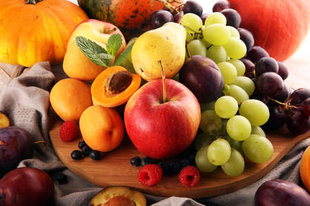 Fresh summer and autumn fruits with apple, grapes, berries, pear and apricot. Banque d'images