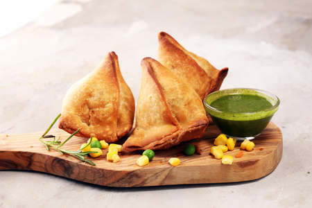 Vegetarian samsa or samosas.Indian special traditional street food punjabi samosa or Coxinha, Croquete and other Fried Brazilian Snacks. Banco de Imagens