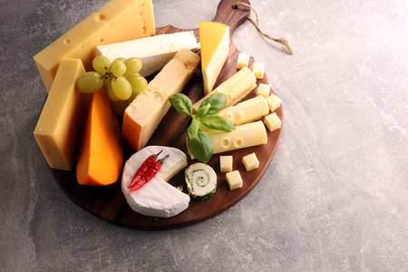 Cheese plate served with grapes, various cheese on a platter. Stockfoto