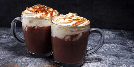 Hot chocolate cocoa with whipped cream for xmas on table. 免版税图像 - 113718050