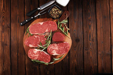 Steak raw. Barbecue Rib Eye Steak, dry Aged Wagyu Entrecote. Variety of Raw Black Angus Prime meat steaks Machete, Striploin, Rib eye, Tenderloin fillet mignon Banque d'images