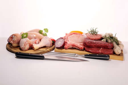 raw meat. Different types of raw pork meat, chicken and beef with spices and herbs and sausages Stockfoto