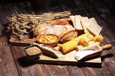 Vollkornprodukte mit komplexen Kohlenhydraten auf rustikalem Tisch Standard-Bild