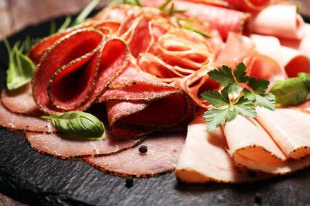 Vassoio con delizioso salame, fette di prosciutto, salsiccia - Piatto di carne con selezione