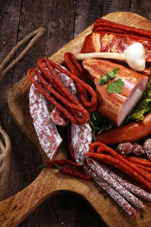 Varietà di prodotti a base di carne tra cui prosciutto e salsicce. Vassoio con delizioso salame, fette di prosciutto, salsiccia e insalata