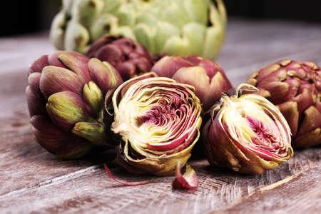 Artischocken auf grauem Hintergrund. frische Bio-Artischockenblüte. Artischockengemüse