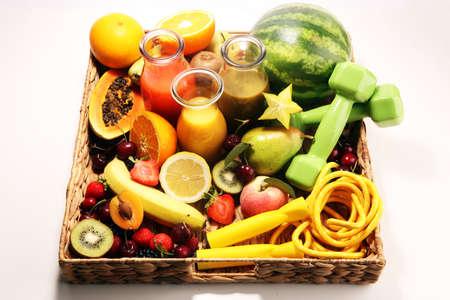 Concepto de estilo de vida de frutas saludables. batidos saludables y aparatos de gimnasia deportiva, mancuernas y saltar la cuerda. Foto de archivo