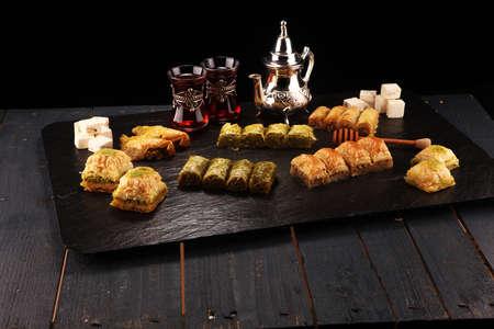 Nahöstliche oder arabische Gerichte. Türkisches Dessert Baklava mit Pistazie.