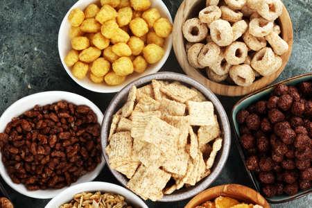 Cereal. Cuencos de varios cereales para el desayuno. Muesli con variedad de cereales para niños.
