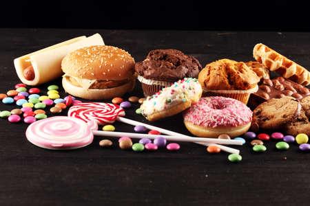Ungesunde Produkte. Essen schlecht für Figur, Haut, Herz und Zähne. Auswahl an schnellen Kohlenhydraten mit Hot Dog und Burger Standard-Bild