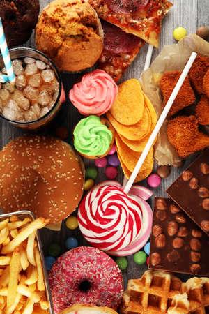 Ongezonde producten. voedsel slecht voor figuur, huid, hart en tanden. Assortiment snelle koolhydraten eten met friet en cola