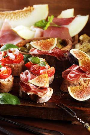 bruschetta, sur des tranches de baguette grillée garnies de basilic