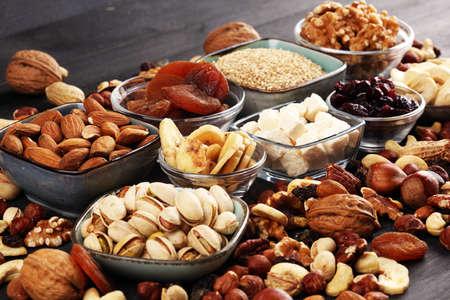 Komposition mit getrockneten Früchten und verschiedenen gesunden Nussmischungen