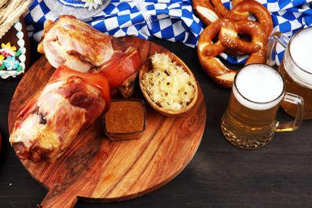 Traditionelle deutsche Küche, Schweinshaxe gebratenes Schinken-Sprunggelenk. Bier, Brezeln und verschiedene bayerische Spezialitäten. Oktoberfest Hintergrund