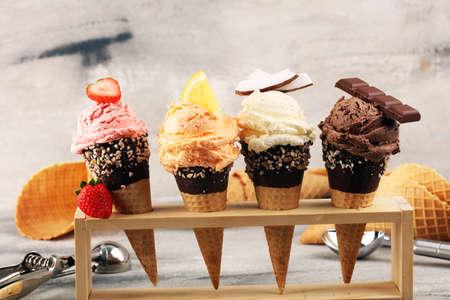 Eis. Set Eiskugeln in verschiedenen Farben und Geschmacksrichtungen mit Beeren, Nüssen und Früchten und Vanille