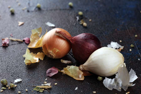 a bunch of different onions on rustic background 版權商用圖片