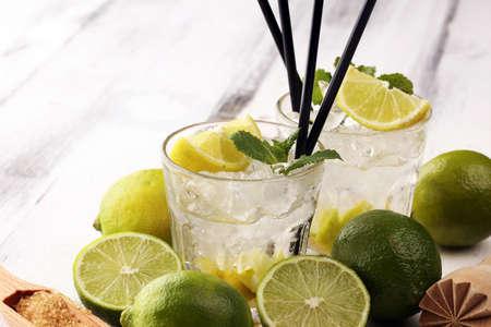 Limón Fruta Lima Caipirinha de Brasil. Cóctel caipi Foto de archivo
