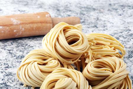 Nahaufnahme von rohen frischen hausgemachten Teigwaren. frische italienische traditionelle rohe Pasta Standard-Bild